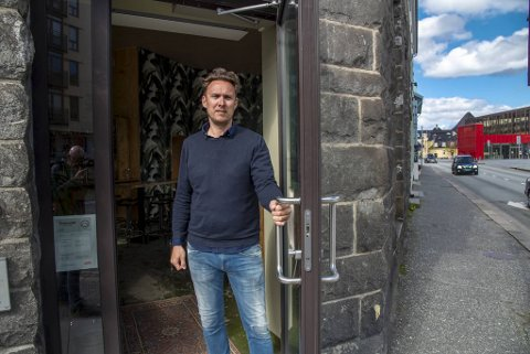Alexander Arnø har besluttet å stenge utestedene sine en uke.