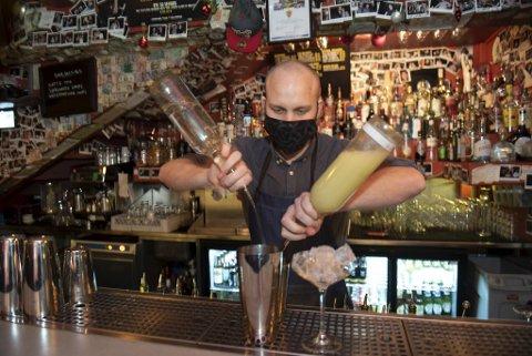 Odd Fjeldsgaard Rasmussen jobber på No Stress. Det er en av få barer som fortsatt holder åpent, men på nyttårsaften lukker de dørene.