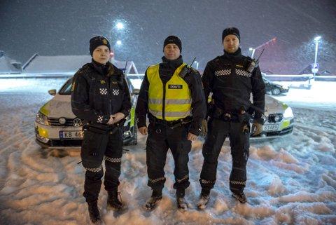 Politibetjent Rebecca Havre, politioverbetjent Jan Koldal og politibetjent Mads fra togstasjonen på Geilo da russen kom fra Bergen i januar i fjor. (Arkiv)
