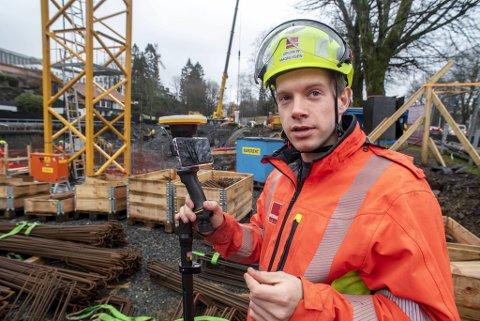 Ørjan Magnussen tester en ny enhet som i dette tilfellet viser ham hvor vann og avløp skal være på byggeplassen. Enheten har et avvik på 2–3 centimeter, noe som er liten nok feilmargin for slike røropplegg, forklarer Magnussen.