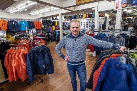 Roy Birkeland Hansen forteller at sportsdepotet på Engen har 30 prosent nedgang i omsetning denne uken på grunn av frykt for koronasmitte.