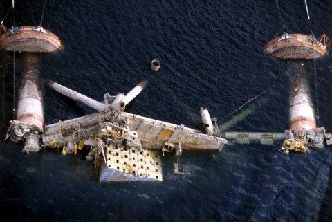 Kielland-plattformen kantret 27. mars 1980 på Ekofiskfeltet i Nordsjøen. 123 mennesker omkom. Her bilder fra forsøkene på snuing, - og den senere senkingen i 1983. Plattformen ble senket  på 712 meters dyp i Nedstrandsfjorden, nord for Stavanger. To tidligere snuoperasjoner var mislykket.