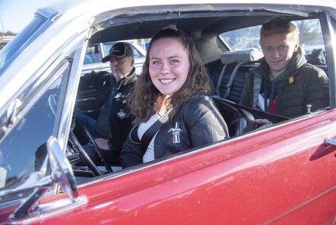 Linn Karin Østgulen og faren Frode stortrives i den lekre Ford Mustangen. I baksetet sitter Eirik Christensen.