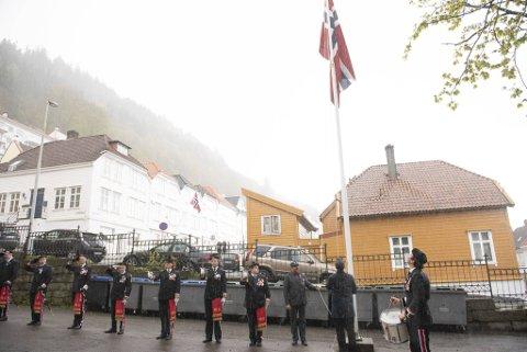 I ordentlig grisevær heiset Wesselengens Bataljon Norgesflagget klokken åtte på morgenen 17. mai. Ytterst til høyre i rekken står sjefen for buekorpset, André Hovland Gundersen, med hevet sverd.