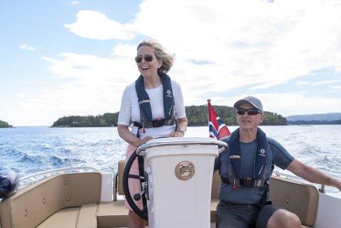 Anne-Grethe og Arve Strøm-Erichsen nyter det stille båtlivet mellom øyene utenfor Hjellestad.