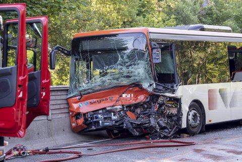 Bussen ble påført store materielle skader i frontkollisjonen.