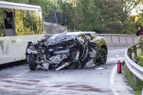 Begge kjøretøyene ble påført store materielle skader i sammenstøtet.