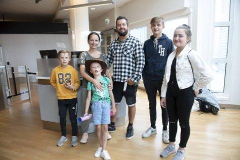 Uten køer i en uvanlig folketom og rolig flyplass, fikk Familien Daynes en annerledes start på reisen til Alicante i dag. Fv: Leo (10), Cecilie, Jesper (7), Vidar, Dennis (16) og Samantha (14).