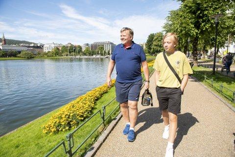 Roy Rimstad (52) og sønnen Brage Leite Rimstad (15) koser seg på tre dagers bergensferie. – Vi synes det er viktig å bidra til dugnaden for norsk reiseliv, og bruker litt ekstra penger på turen! Her passerer de Lillelungeren.