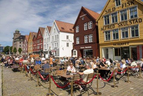 Bergen i strålende sol og nærmere 20 grader fikk fylt opp uteserveringen på Bryggen i dag.