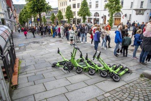 De grønne el-løperhjulene til utleieselskapet Ryde er foreløpig de eneste i Bergen. I hovedstaden finnes det nærmere 12.000 slike. Her ligger et knippe parkert utenfor Fløibanen.
