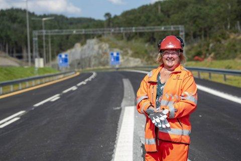 – Vi holder fast på veiåpning sommeren 2022, sier fungerende prosjektleder Kelly Nesheim Iversen i Statens vegvesen. Her står hun midt på den tomme motorveien i Endelausmarka.