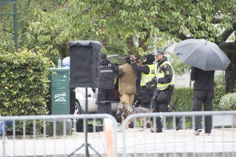 Sian-leder Lars Thorsen geleides blødende bort av politiet.