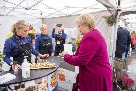 Erna Solberg besøkte Bergen Matfestival lørdag. Der fikk hun snakke med og smake produktene fra flere lokale matprodusenter.