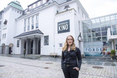 Kinosjef ved Bergen Kino Jeanette Heggland forteller det har kostet å drive på lav kapasitet. Nå blir den enda mindre og snuoperasjonen er atter i gang.