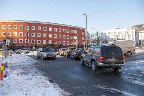 Hver dag klokken 1500 strekker køen seg fra parkeringsanlegget til Haraldsplass diakonale sykehus og ut til Årstadveien.