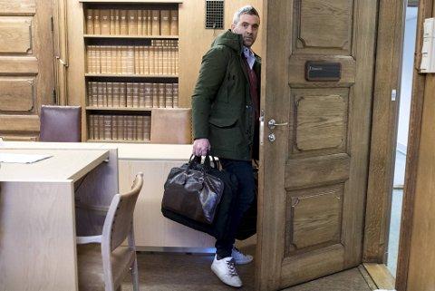Mandag morgen startet straffesaken der Eirik Hokstad står tiltalt for grovt bedrageri. Hokstad ville ikke la seg avbilde i rettssalen. Dette bildet er tatt tidligere i forbindelse med en sivil sak.