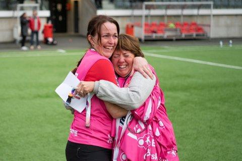 Tårene trillet hos Mette Hammersland (t.h.) etter kampen mot Stabæk. Her får hun en god klem av Ingvild Jarnæs.