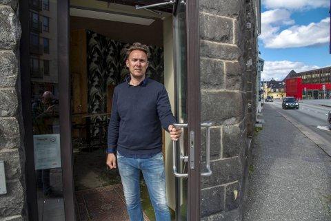 Bareier Alexander Arnø krysser fingrene for at han kan åpne døren til noen av utestedene han driver igjen.