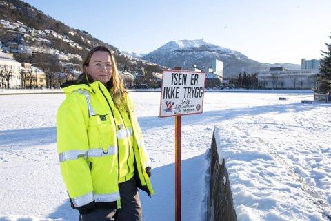 Trude Jordal i Bymiljøetaten er oppgitt over at folk spaserer over den utrygge isen på Lille Lungegårdsvannet. Hun ber voksne ta ansvar over hvilke signaler de sender til barna.