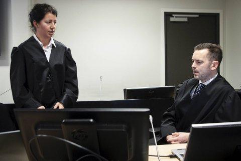 Aktorer i straffesaken mot Eirik Hokstad er politiadvokat Torunn Strand og politiadvokat Kjetil Linge Tomren i Vest politidistrikt.