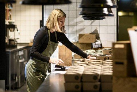 Fra tidlig morgen har Veronica Larsen og kollegene i Søtt + Salt produsert maten for Lunsjkollektivet. Her er det like før lunsjboksene kan kjøres ut til bedrifter i Bergen.