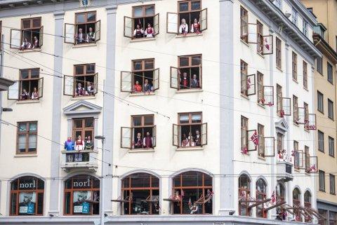 Det blir trolig sang av «Ja, vi elsker» fra hver vår balkong og vindu også denne 17. mai.