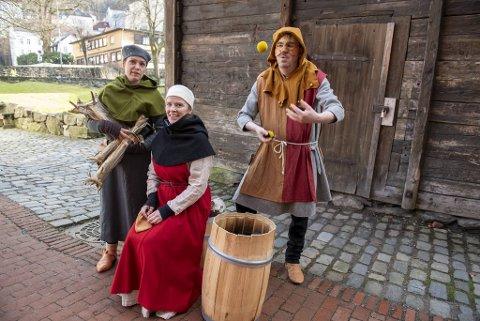 Margareth Hosøy, Berit Eggen Solstad og Lars Voss Sørhus  syr kostymer, skriver manus og spiller stykkene selv.