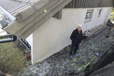 Arthur Stiegler fikk deler av taket ødelagt av et løperhjul som ble kastet over gjerdet fra veien ovenfor huset hans.