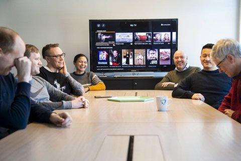 Her har Odd Gurvin (nærmest TV-skjermen til høyre) sin første arbeidsdag som daglig leder i Sixty. Per i dag teller staben 13 ansatte, hvorav 11 har hovedkontoret i Bergen som arbeidssted.