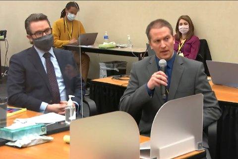 Derek Chauvin, til høyre, under rettssaken mot ham i rettsbygningen i Minneapolis.
