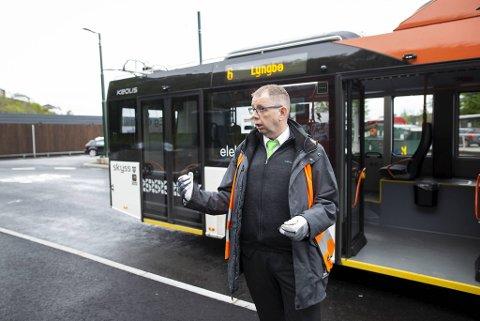Bussjåfør Lars Blomholm forteller om trolleybussene på Birkelundstoppen.