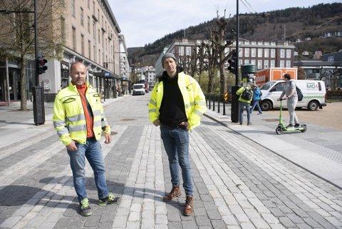 John Ivar Rosten, anleggsleder og Sigurd Boasson, daglig leder i Svein Boassaon AS ser frem til at gaten de står i snart er ferdig.