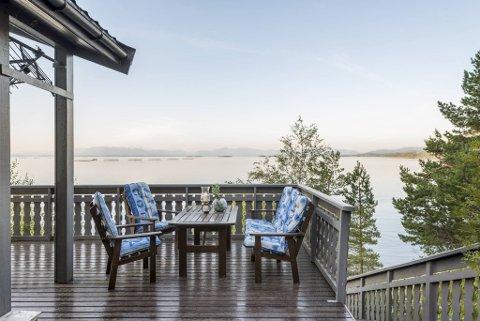 Denne hytten på Tysnes lå til salgs i hele fjor sommer, men da ville ingen ha den. I år ble den solgt usett før visning. Fritidsboligen ligger idyllisk til på en holme ved fjorden.