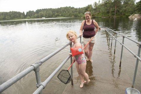 Hermine Øvergård (4) med mamma, Veronica Pedersen på badeplassen ved Krohnegården.