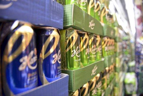 Når råvarene blir dyrere i verden, merker forbrukerne lokalt det. Både brus og øl kan stige i pris.