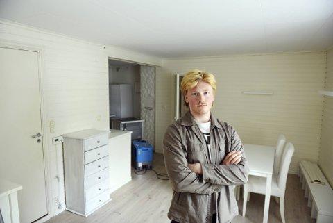 Ukjente tok seg inn i leiligheten Sebastian Peter Moncrieff Brown (20). De tok med seg oppvaskmaskinen og lot vannet renne. I tillegg var det meste av musikkutstyret hans stjålet.