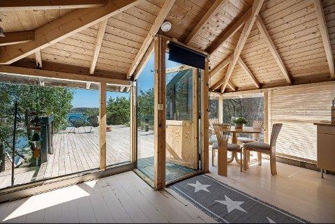 Hagestue: På eiendommen ligger et grillhus med utsikt mot havet.