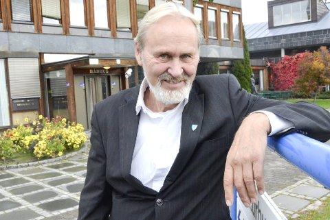 TAKKER FOR SEG: Han har ryddet og er klar til siste runde. Etter å formelt å ha ledet valget av neste ordfører, slukket Terje Bråthen (Ap) lyset og gikk hjem. Etter åtte år som ordfører er møtet hevet en gang for alle for hans del.