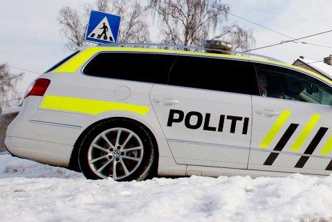 OSLO  20110222.  Politiet lanserte tirsdag ny merking på etatens  nye utrykningsbiler. Merkingen er med på å øke sikkerheten ved varsling. Merkingen skal evalueres etter en prøveperiode.  Politibil med blålys og ny merking i gult og sort.  Foto: Morten Holm / SCANPIX