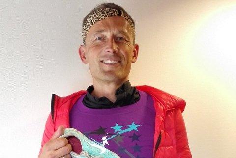 GJENGLEMT: Runar Liodden med gjenglemte turkis Nike-skoe, Leopard-pannebånd og Lilla stjerne t-skjorte.