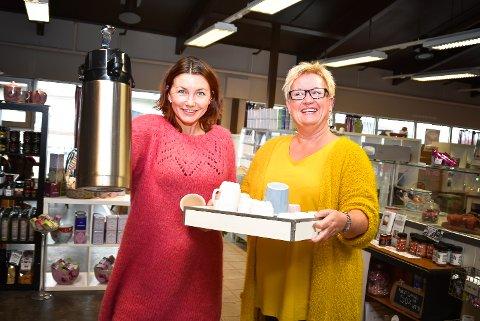 TAR GREP: Anne Kat. Håskjold (t.v.) og Anne Marie Trulsrud ber inn til et historisk kafébesøk for lokale gründere.
