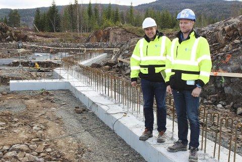 RASK FORANDRING: Tomm Kristiansen (f.v.) og Øyvind Brandtenborg fra Teknisk etat på første fundamentet til ny barnehage. Om 14 dager reiser den første veggen seg.