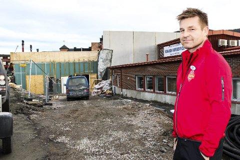 FORVANDLING: Espen Lund viste inn i nybygget gjennom nye lageret. Innen åpningen 23. november vil kaos bli til attraktiv butikk.