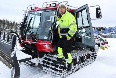 LØYPEBAS I 20 ÅR: Tom Vidar Åby setter seg bak rattet for å fikse treningsforholdene til langrennsgruppa i Vikersund i den nye løypa på Brunes.