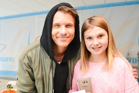 HYGGELIG MØTE: Karna Grønvold fikk møte Morgan Sulele. Veksle noen ord, og få autografen. Det var mer enn nok til at tiåringen forlot fotballhallen med stjerner i øynene.