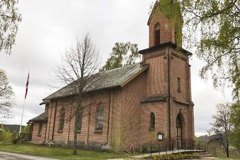 SNARUM KIRKE: Menigheten reiste fra gudstjenesten i den 17. mai-pyntede kirken, hvor presten ikke dukket opp.