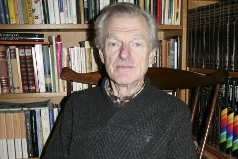 LITTERATURELSKER: Asbjørn Lind har orden i bokhyllene i hjemmet, og blir aldri lei av å lese.
