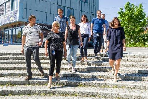 CASUAL: De ansatte i Sparebank 1 Modum går uten uniform om sommeren, men de skal være pent kledd. Det resulterer i lange benklær. Unntaket er  Kirsten Wassend (t.h), som har valgt en «godkjent» sommerkjole.