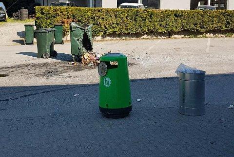 PÅTENT: Slik så noen av søppelkassene ved Kiwi Strandgata ut etter hærverket.